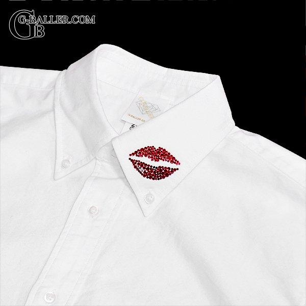 襟元にリップロゴをスワロでデザイン。