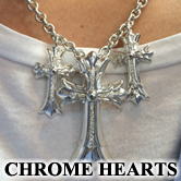 クロムハーツのダブルクロスをダイヤモンド3連にした特注オーダーアイテムとなります。